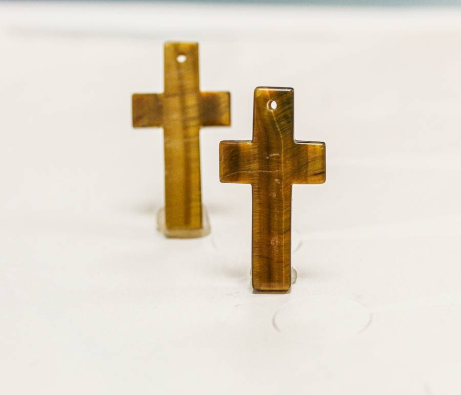 951-0039 Tiger Eye 21x40 Cross Pendant